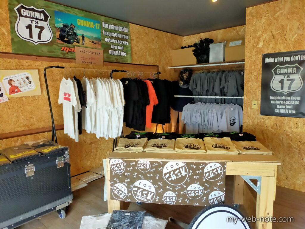 「Tシャツ」や「ステッカー」などのオリジナルグッズを販売